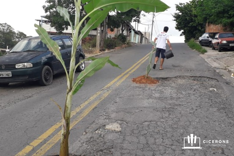 Moradores de bairro em Valinhos protestam por maior atenção à pavimentação das ruas