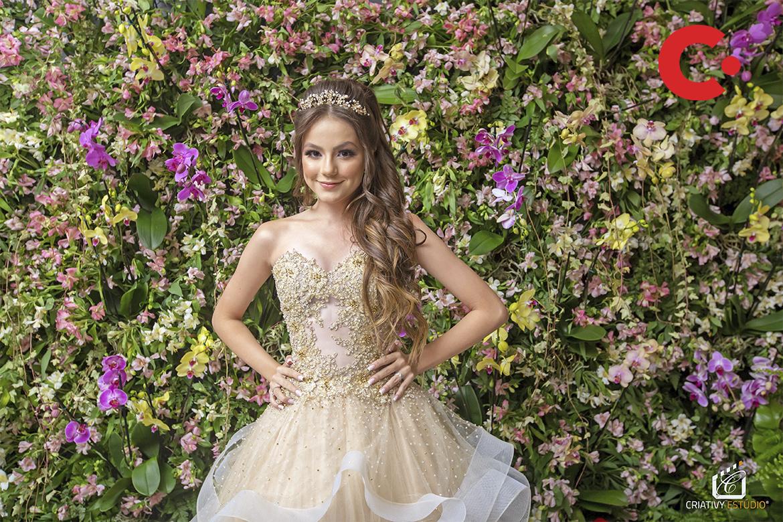 Atriz e cantora Bela Fernandes visita castelo em vinhedo para promover workshop de debutantes